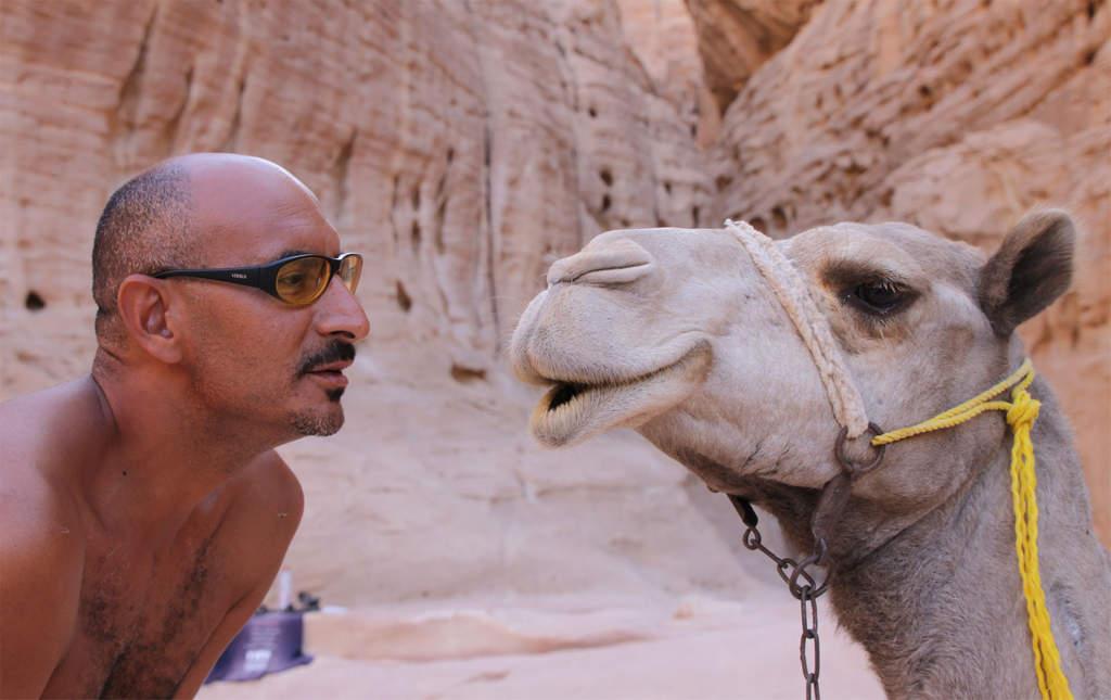 Reiseleiter Sam beschwört ein Kamel