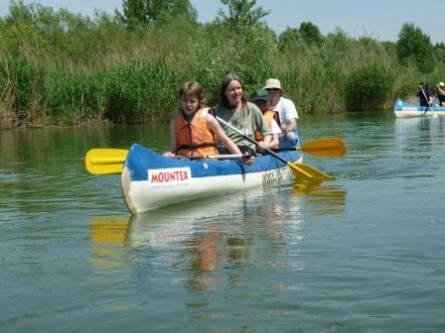 Eine Familie im Kanu