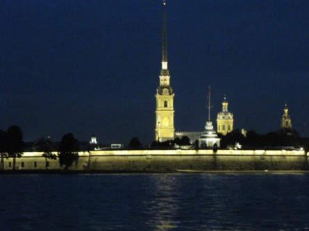 Peter-und-Paul-Festung in St. Petersburg bei Nacht