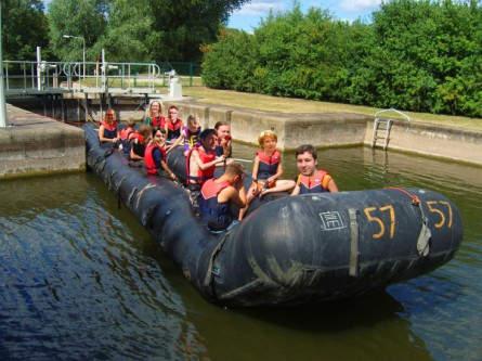 schulz aktiv-Mitarbeiter unterwegs auf der Elbe (nahe Hamburg) mit dem 2-Deck-Luxus-Schlauchboot während der Pilotreise zum Yding Skovhøj