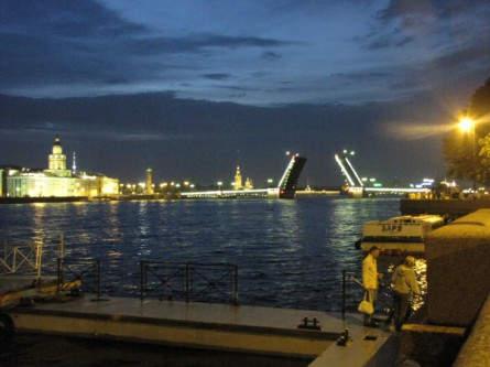 Gegen 1:30 Uhr nachts öffnen sich die Brücken - eine Zeremonie