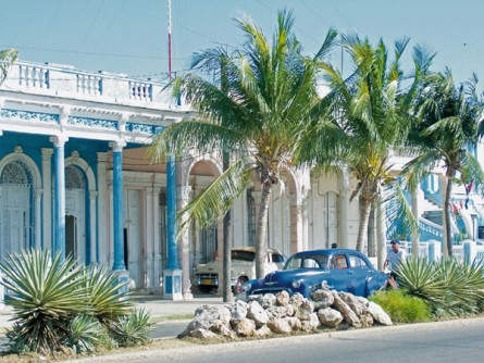 Kuba - Oldtimer, Fassaden im Kolonialstil und Palmen