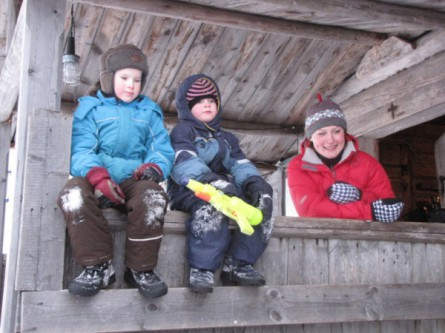 Im Holzhausdorf Kinerma: Reiseleiterin Ljuba (rechts) und Kinder der Gastgeberin Nadeschda