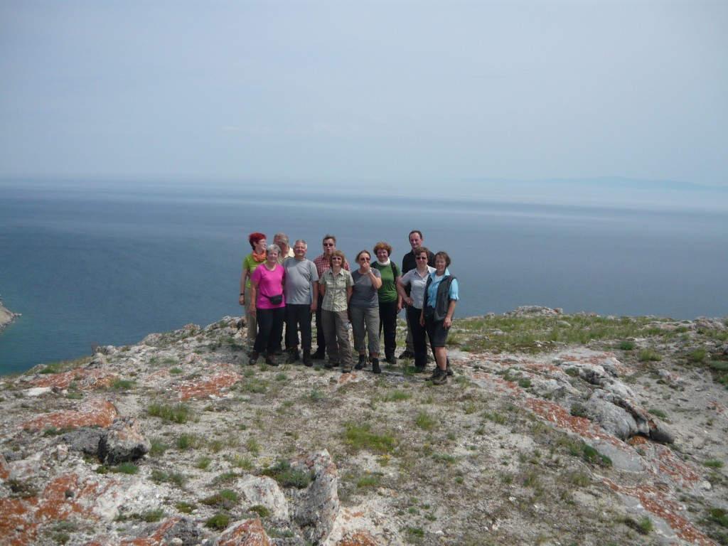 Glückliche Reisegruppe am Baikalsee
