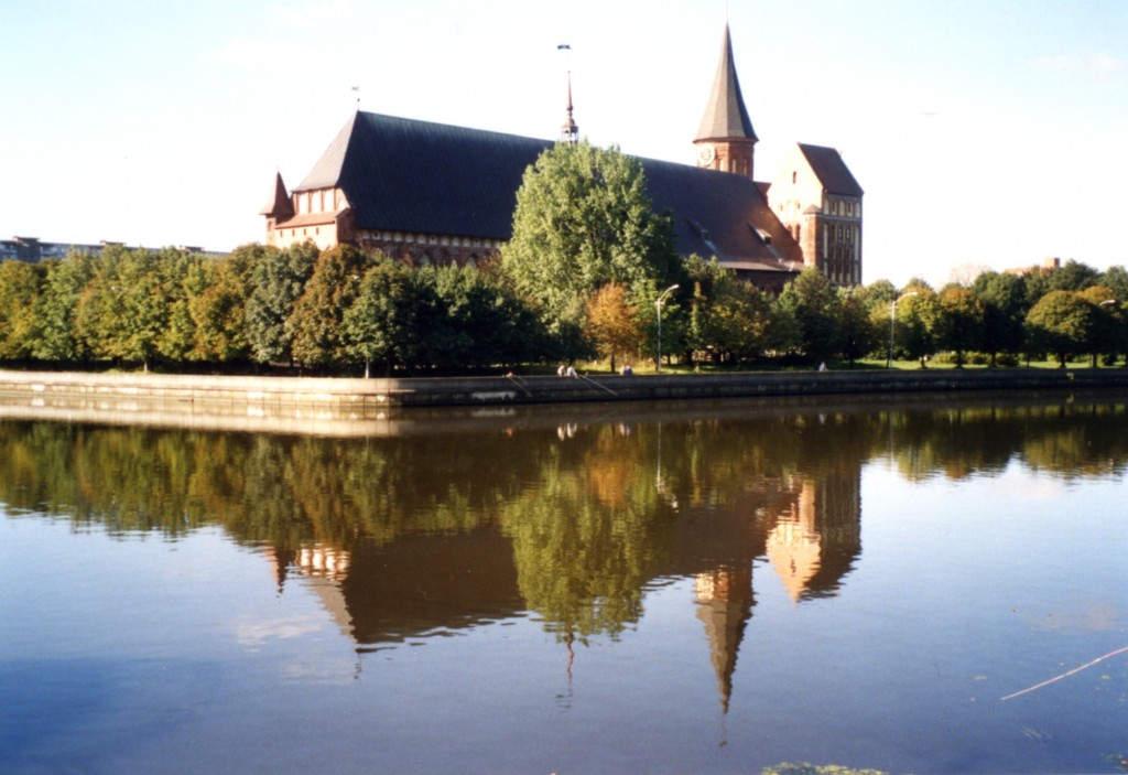 Der wiedererstandene gotische Königsberger Dom am Pregelufer
