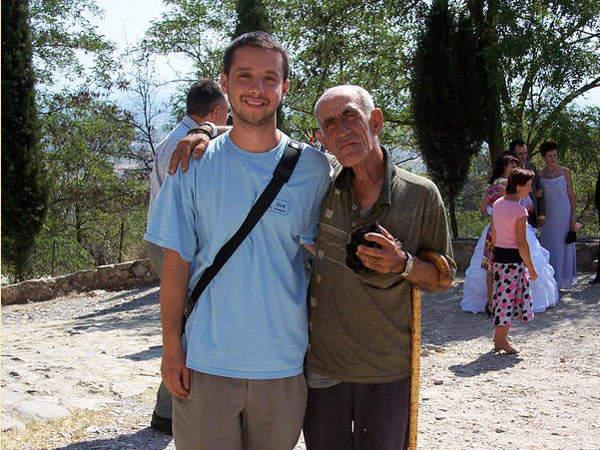 Durch den Reiseleiter (hier Marin, links) kommt man oft ins Kontakt mit Einheimischen
