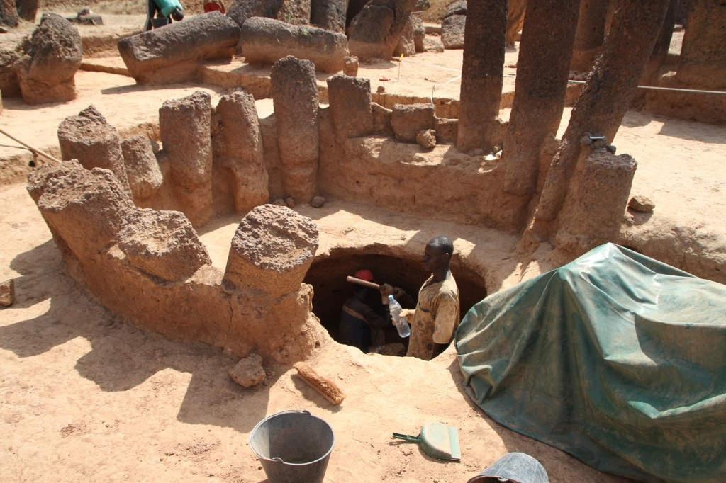 Ausgrabungsarbeiten an den Steinkreis-Megalithen