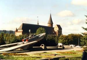 Kontrastprogramm: Der wiedererstandene Königsberger Dom und das Denkmal der russischen Flottenverbände im heutigen Kaliningrad