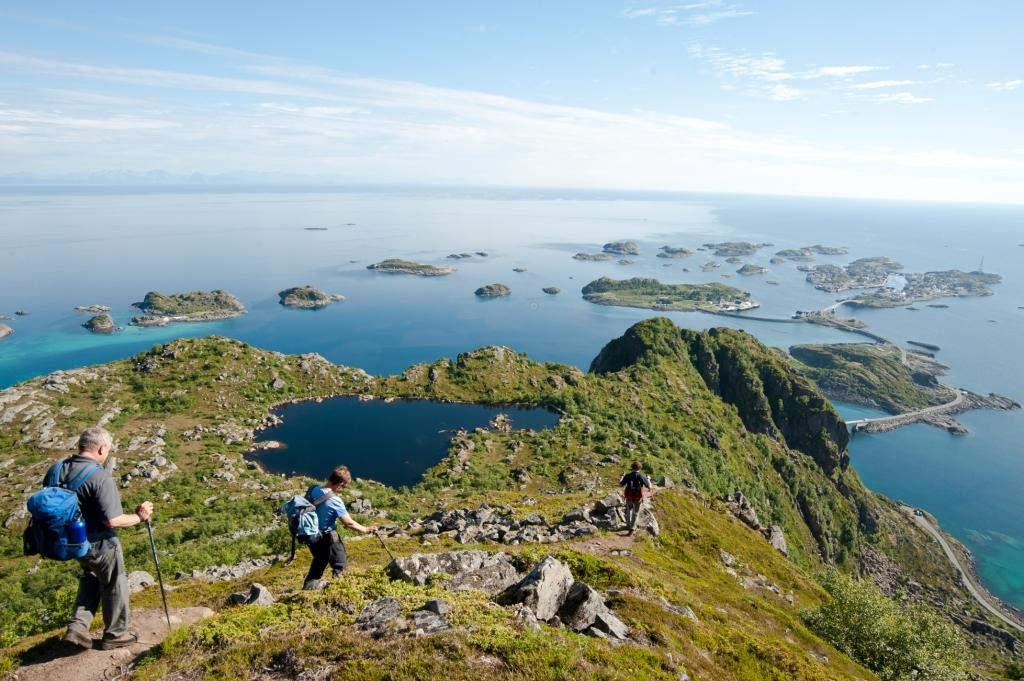 Wandern auf den Gipfeln der Lofoten bedeutet immer Sichtkontakt mit dem Nordatlantik