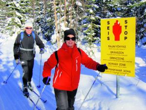 Die gelben Grenzmarkierungen begleiten Sie während Ihrer Skitour - hier können Sie immer wieder einen Blick nach Russland werfen