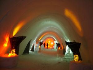 Während des individuellen Langlaufurlaubs in Äkäslompolo übernachten Sie eine Nacht in einem Schneehotel