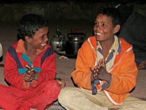 Beduinen-Kinder am Lagerfeuer zusammen mit Gästen