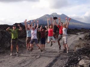 Umrundung des Batur-Vulkans zu Fuß und per Rad