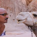 Ihre gelassenen Begleiter: Sam (li), Kamel (re) :-)