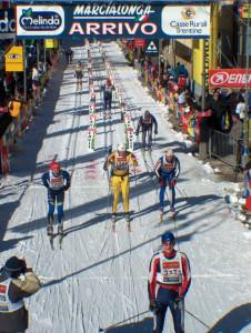 Nach 70 Kilometern werden die Läufer von den begeisterten Zuschauern im Ziel in Cavalese gebührend gefeiert.