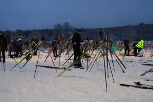 Startgarten kurz vor dem Lauf: jeder ist um die ideale Position für seine Ski bemüht