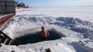 Eisbaden im Baikalsee - natürlich in Kombi mit über 100 °C heißer Sauna. Sibirische Kontraste pur ... :-)