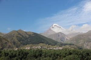 Mit Blick auf den Kasbek geht es für die Läufer hinauf zur Gergeti-Kirche