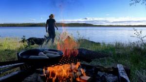 ... und lassen es sich bei Lagerfeuer und Wurst gut gehen. :)