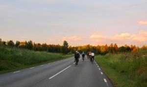 Mittsommernächte. Bereits um 03:00 fuhren wir in den Sonnenaufgang.