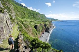 Wanderweg entlang der Steilküste von Flores