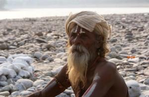 Ein Sadhu am Ufer des Ganges