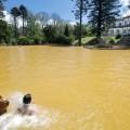Ein Bad in den ca. 38 °C heißen Quellen des Terra-Nostra-Parks in Furnas