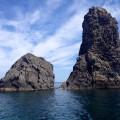 Bootsfahrt entlang der Zyklopenküste – Sie blicken auf die im Wasser stehenden Basaltsäulen aus den Geburtsstunden des Vulkans.