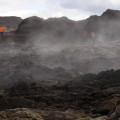 30 Jahre alt und begehbar - Lavafeld des Vulkans Leirhnjúkur (Teil des Vulkansystems der Krafla), wo immer noch durchsickerndes Regenwasser verdampft.