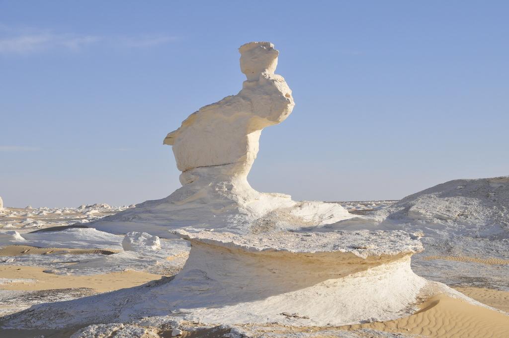 Markante Kalksteingebilde in der Weißen Wüste.