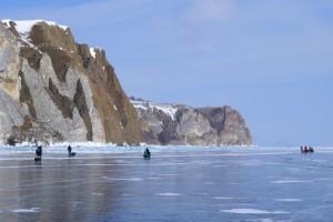 Wandern über das meterdicke Eis