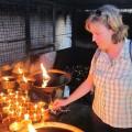 Öllampen im Tempel anzünden