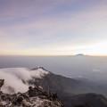 Vom Gipfel des Mt. Meru hat man einen einmaligen Blick auf den Kilimanjaro. Hinter ihm geht die Sonne auf. (© Maik Kämmerer)