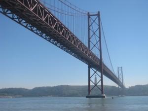 Die Ponte de 25 Abril, Laufstrecke auf 2,3 km, verbindet Almada mit Lissabon