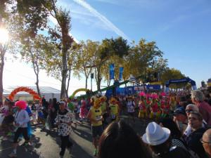 Der Start - mit 11.000 kostümierten Läufern!