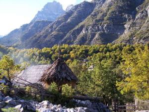 Blick auf ein Dorf im Valbona-Tal in Albanien