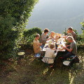 Frühstück im Garten, inmitten der Apuanischen Alpen