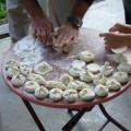 Lassen Sie sich in die Kunst des Chinkali-Zubereitens einweihen. Die meist mit Fleisch gefüllten Teigtaschen sind eine echte georgische Spezialität.