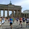 Gänsehautatmosphäre erwartet die Zieleinläufer am Brandenburger Tor.