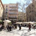 Beschauliche Plätze in der Altstadt Barcelonas laden zum Verweilen ein.