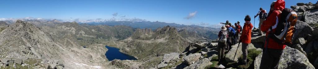 Die Wandergruppe steht hoch über den Gipfeln der Pyrenäen