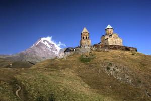 Die 2170 m hoch gelegene Dreifaltigkeitskirche von Gergeti mit Blick auf den Kasbek