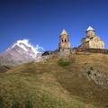 Die Gergeti-Kirche vor der grandiosen Kulisse des Kasbek. Hier geht's hinauf beim Lauf ...
