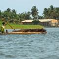 Sie erkunden auf der Reise auch das Hinterland. Bei einer Bootstour besuchen Sie abgelegene Dörfer.