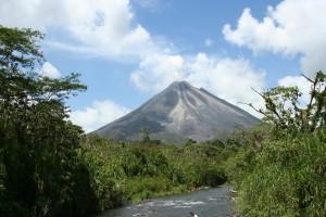 Vulkan Arenal (1600 m) sticht aus dem Regenwald