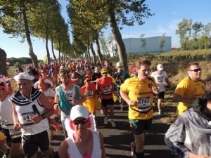 Das Läuferband der 11.000 an der Uferpromenade in Richtung St. Estephe