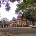 Sie besuchen die bekanntesten Tempel, aber auch kaum besuchte, versteckte religiöse Stätten