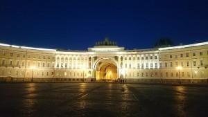 Der Triumphbogen am Schlossplatz um 1 Uhr nachts