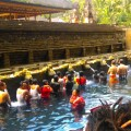 Im Tirta-Empul-Tempel waschen sich die Balinesen mit heiligem Wasser