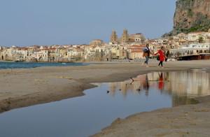 Spaziergang am Strand von Cefalú auf Sizilien